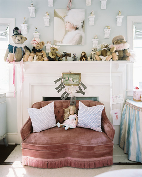 Kids' Room  French - A pink settee in a children's room