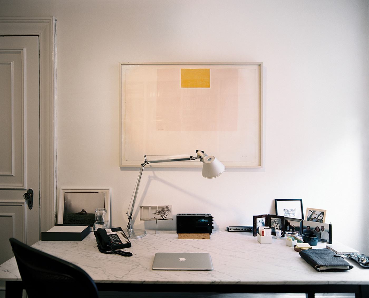 Minimalist modern work space home office design ideas lonny - Small work spaces minimalist ...