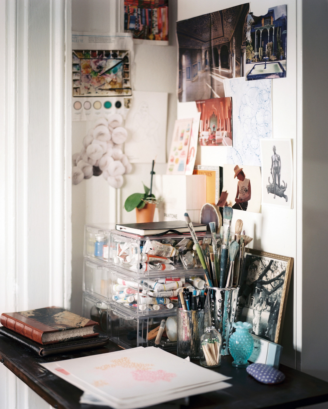 An artist 39 s work space home office design ideas lonny - Decoration style atelier ...