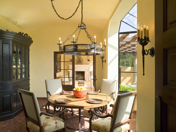 Yellow traditional dining room dining room decorating for Yellow dining room ideas