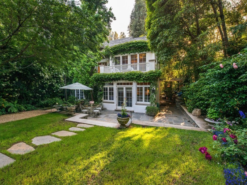 Vip Treatment Jennifer Lawrence Buys Jessica Simpson S Beverly Hills Home Lonny