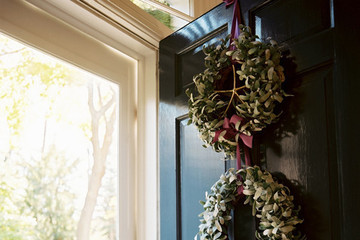 10 Unexpectedly Cool Holiday Wreaths