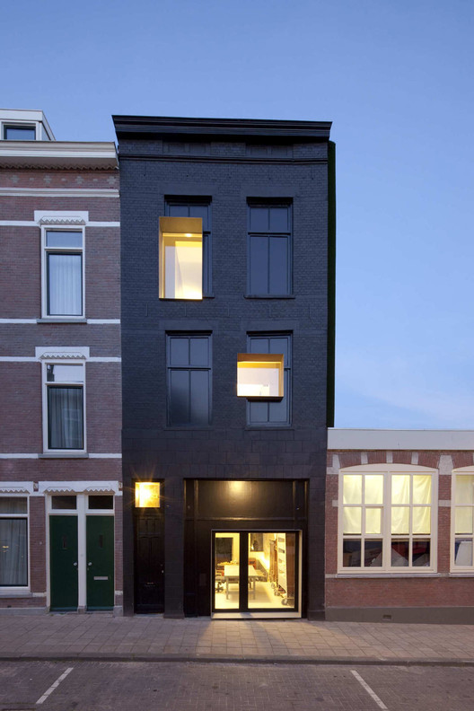 30 Black Houses That Make Us Want to Go to the Dark Side