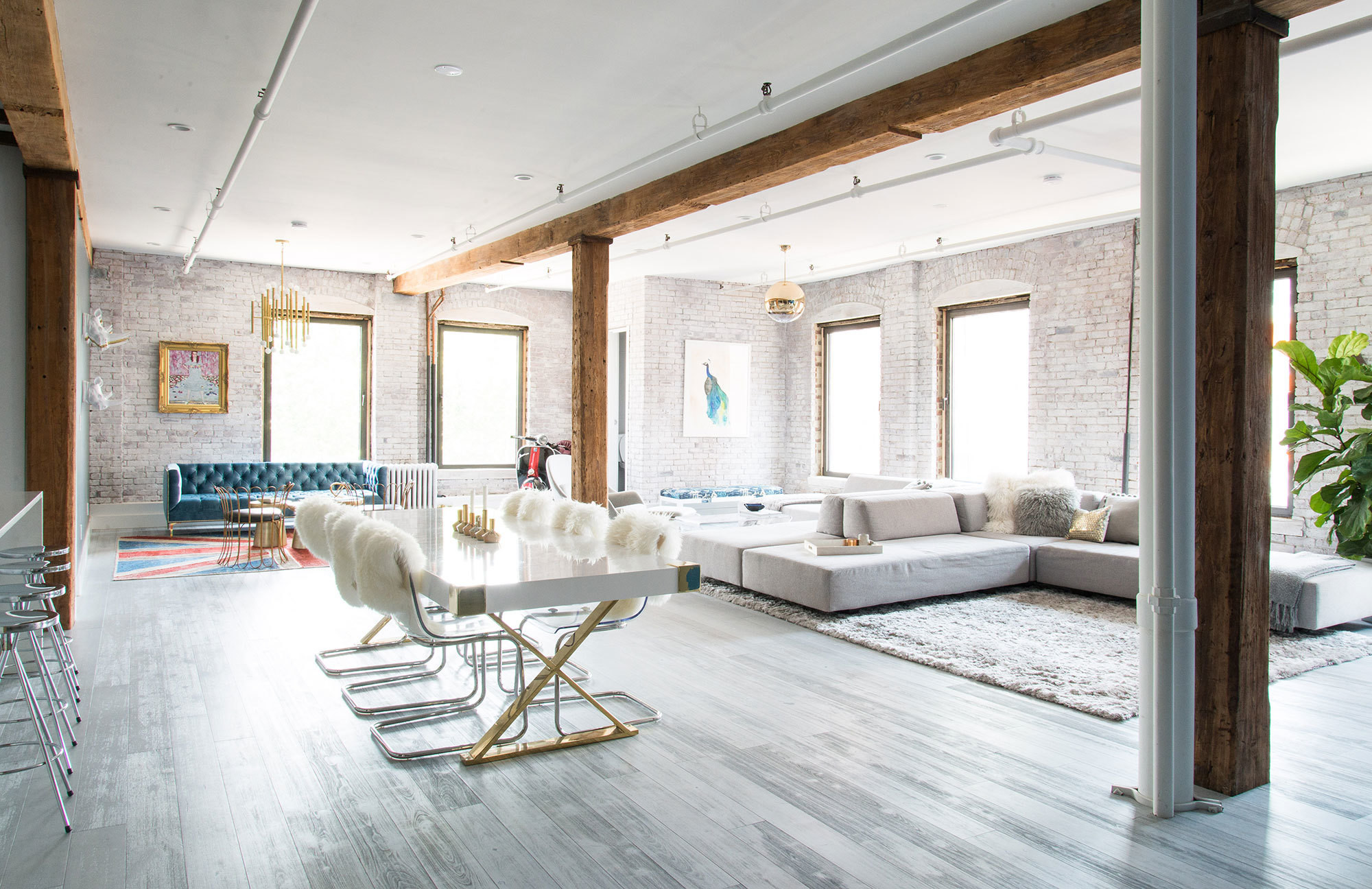 In A Spacious Brooklyn Loft Homepolish Designer Allison Petty Combinednbspoverscale Furnishings With Boldnbsp